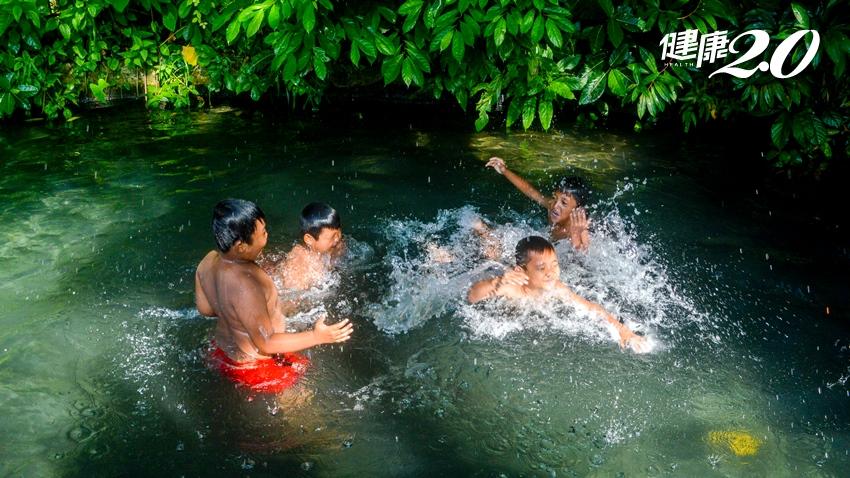 夏日戲水穿著愈鮮豔、結伴同行愈好!防溺5訣竅,溪水變濁就是警訊