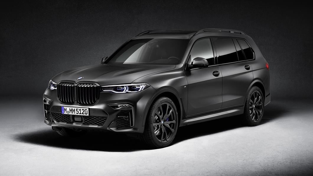 BMW X7向來給人奢華貴氣的感覺,如果替這樣的氣質加入更多神秘氛圍設計,這將會碰出怎樣的火花呢?(圖片來源/ BMW) 暗黑版BMW X7 Dark Shadow Edition 全球限量500部