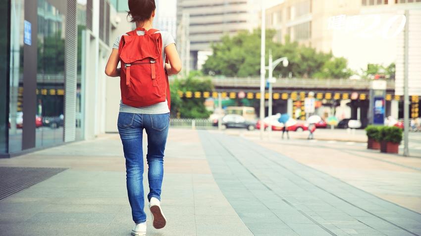 每天多動15分鐘可以多活3年!沒時間運動?教你6招:多走樓梯、做家事就是了