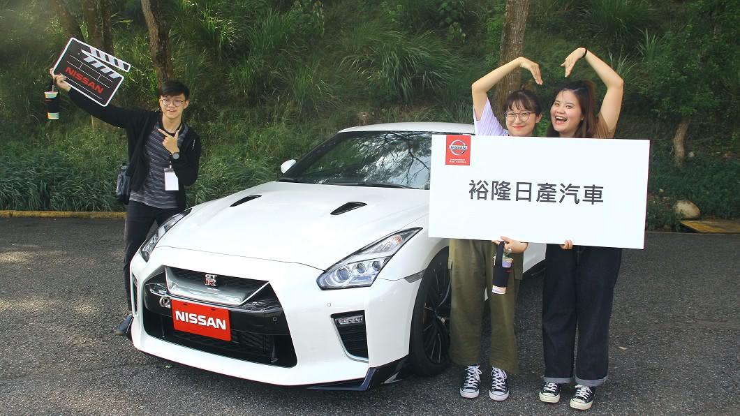 決選團隊成員在專業試車跑道試乘Nissan東瀛戰神GT-R及新世代電動車Leaf,體驗Nissan「Innovation that excites」品牌精神。(圖片來源/ Nissan) Nissan邀請創意廣告青年團隊 體驗東瀛戰神GT-R