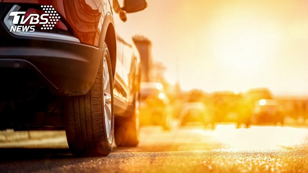 你也覺得今年夏天特別熱嗎?中央氣象局在7/24下午2:19時,測得39.7度的高溫,打破台北測站歷史紀錄。(圖片來源/ shutterstock) 高溫飆!汽車也會中暑 夏季行車5訣竅