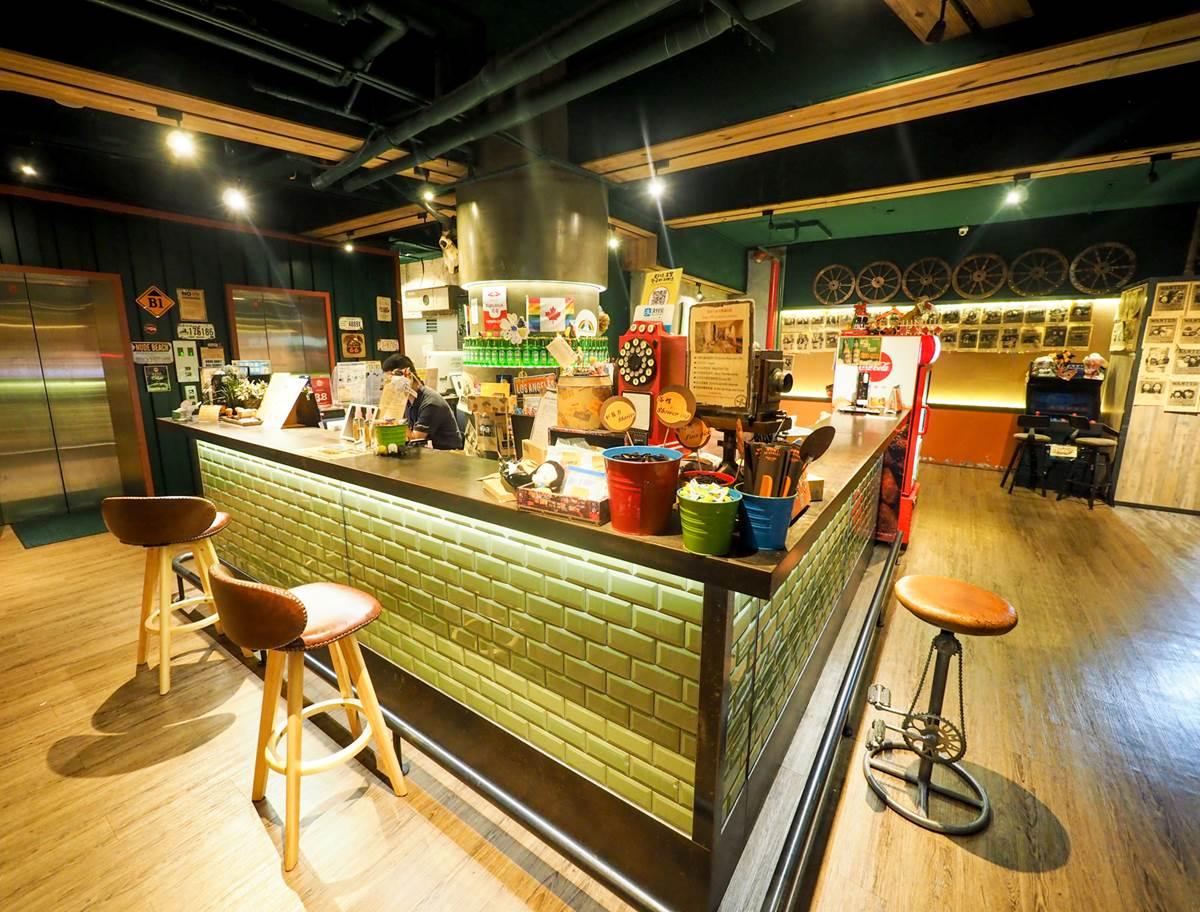 吃喝玩樂全包!西門町網美旅店遊戲機台免費打到爽,點心自助吧任你吃