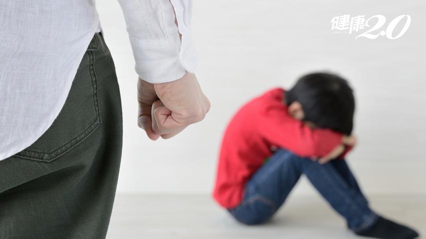 別再說「數到三,不哭了」!孩子哭鬧時,爸媽「不要亂講話」反能增加親子關係