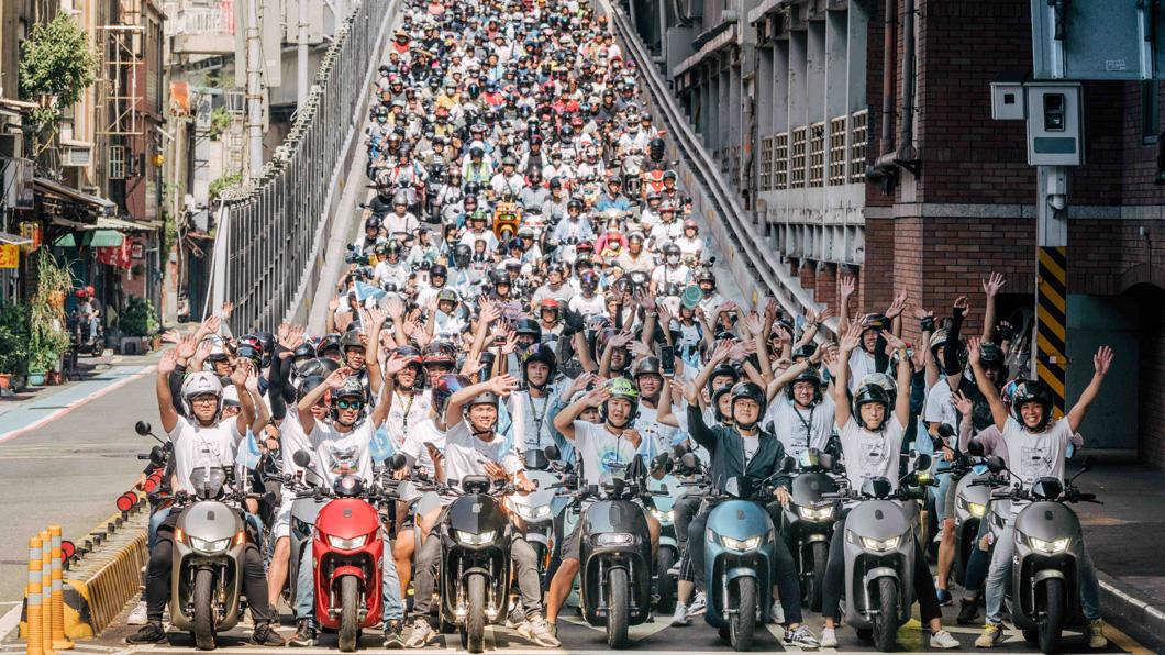 邁入第五年的 Gogoro 快閃台北活動,每年吸引全台各地電動機車車友齊聚,參加車友數屢創新高。(圖片來源/ Gogoro) 電動機車瀑布再現! Gogoro 快閃台北橋