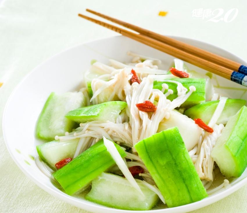 一根「絲瓜」平衡血糖、通血管、防治高血壓!專家教你加枸杞養生吃法