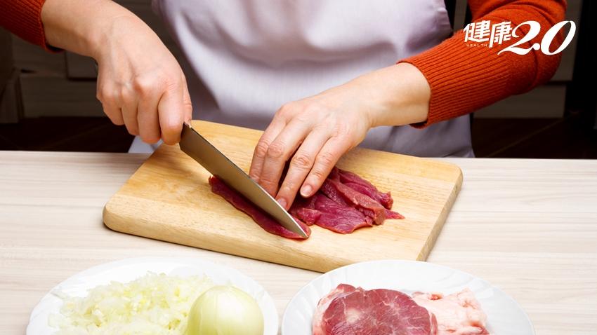 日本理學博士警告:砧板這樣洗還是一堆病菌!砧板、菜刀你都怎麼洗?