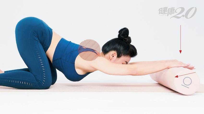 9成下背痛與「胸腰筋膜」緊繃有關!筋肉媽媽用滾筒伸展、放鬆上半身