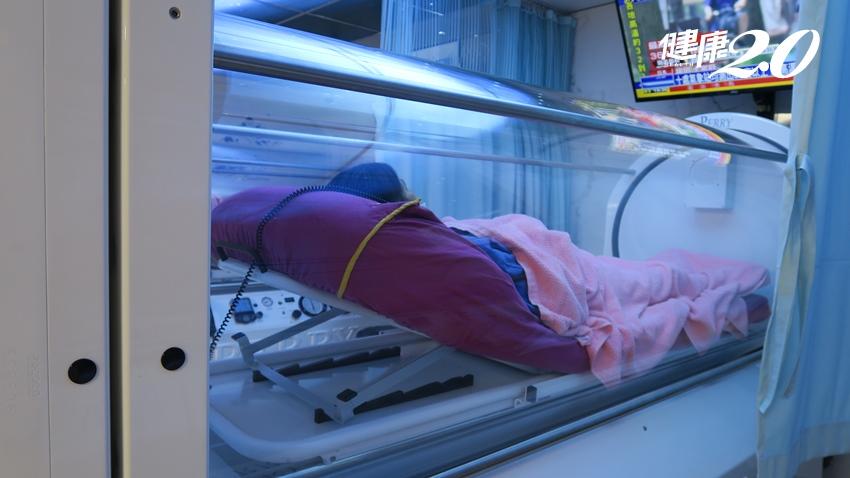 7旬婦人慢性骨髓炎 高壓氧治療1個月,已能走路、騎機車看病