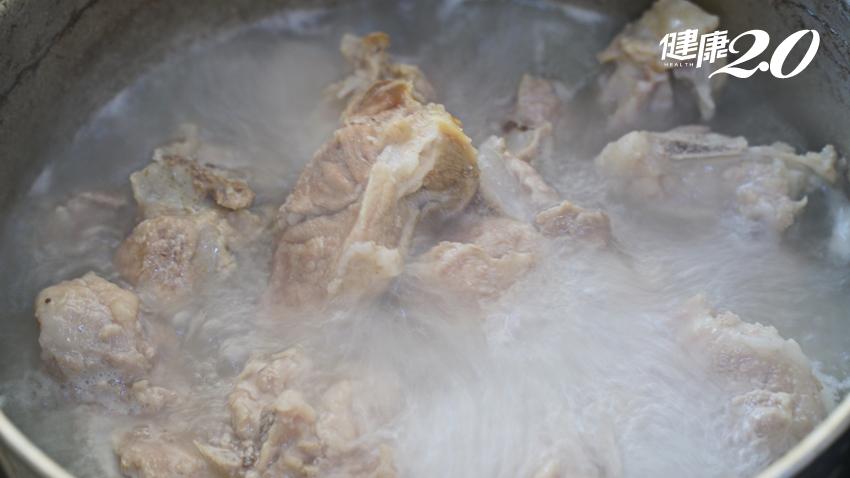 大骨湯補鈣別傻了!營養師建議補鈣喝牛奶最佳 1杯牛奶含鈣量=62.5碗大骨湯