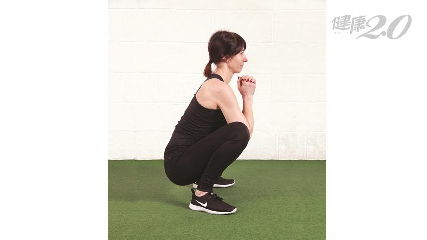 躺著也能做深蹲!2招筋膜深蹲預防慢性疼痛病症 改善便祕也有效