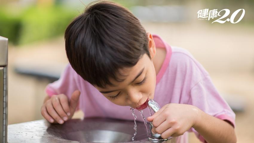 喝瓶裝水1年13萬顆塑膠微粒下肚!用奉茶App免費喝水做環保還能換現金