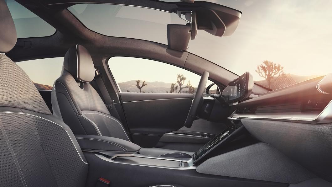隨著世界各地的法規日趨嚴格,「新車味」在未來有可能被禁止。(圖片來源/ Lucid) 「這味道」傷身!別亂吸 車內有機揮發物可能是過敏元凶