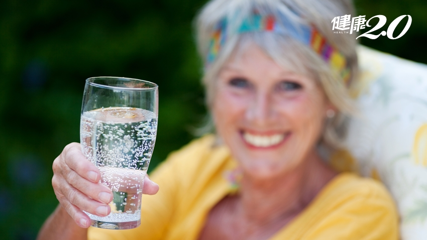 喝碳酸飲料會促進食慾?哈佛博士警告:3種人要少喝氣泡水