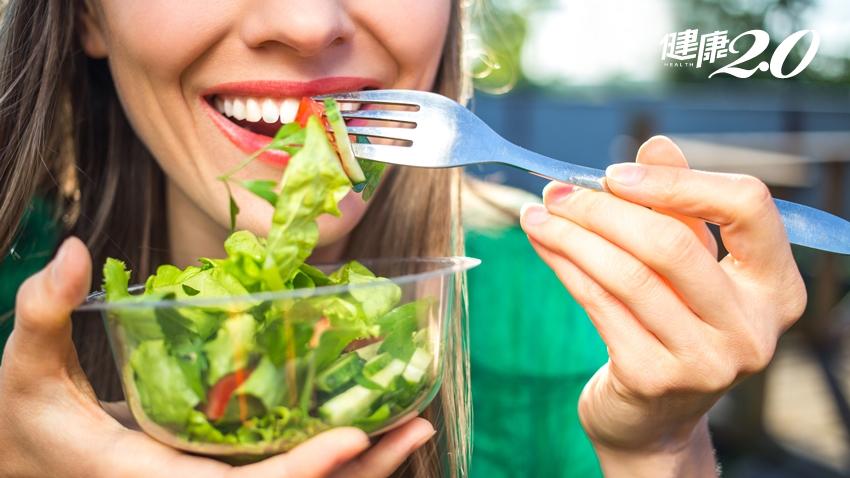 便祕千萬別只吃生菜沙拉!醫曝「便祕吃生菜只會更嚴重」 還會引起肌膚粗糙、過敏