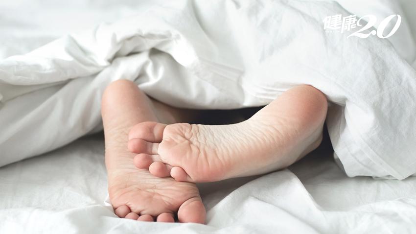 睡覺時,手腳不自主抽動、有不寧腿?小心是失智前兆
