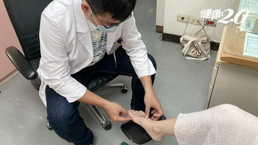 常穿平底鞋也會拇趾外翻?除了穿高跟鞋,醫師說還有這些原因也會