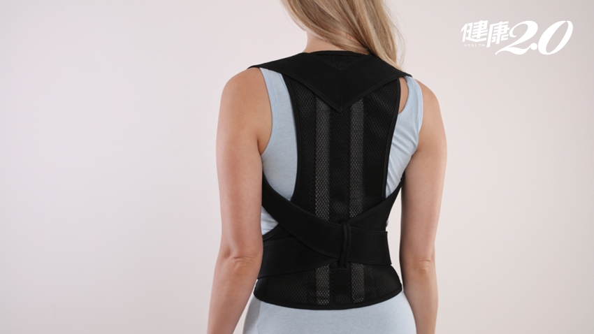 「背脊矯正帶」真能矯正駝背?物理治療師1招改善駝背!姿勢不良招來坐骨神經痛