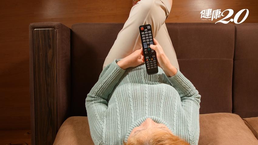 久坐看電視加速大腦退化!10招增加身體活動量防失智 銀髮族身體虛弱也能做