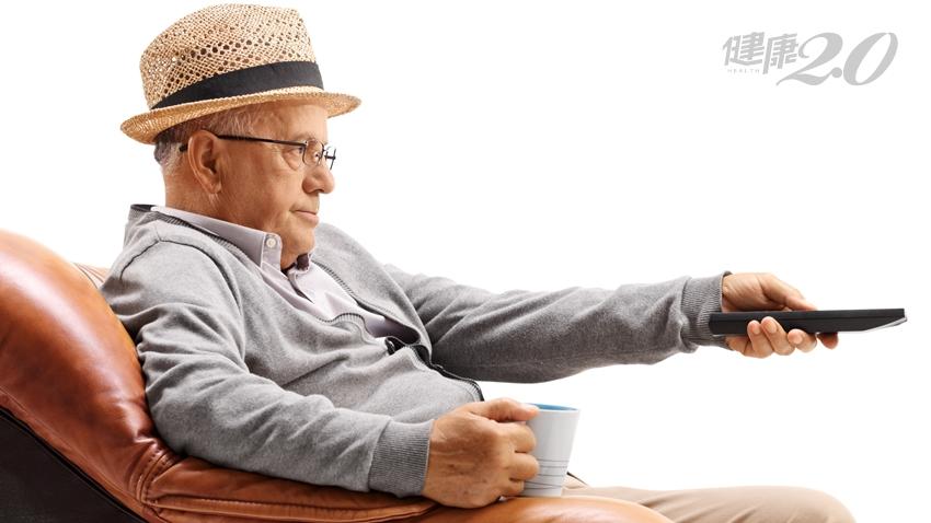 長時間看電視傷身又傷腦!研究:每天看電視超過3.5小時 50歲後記憶力大幅衰退