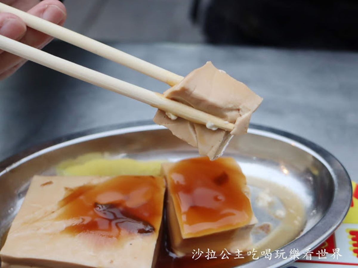 還沒營業就排滿人!寧夏夜市老字號雞肉飯吃得到肉燥香,必點滷豆腐有蒸蛋般口感