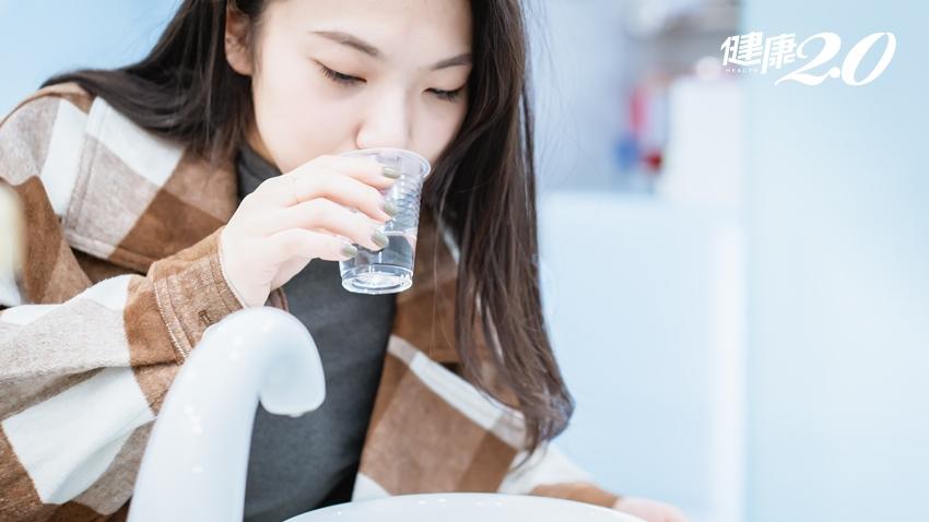 秋冬疫情再起!中醫4招預防感染新冠肺炎,嚼薑吃蒜、用溫水漱口、洗臉…