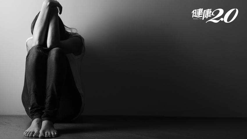 「孩子怎麼會割腕?」年逾7000名青少年自殺未遂!醫曝10大青少年憂鬱警訊 成績變差、話變少都要留意