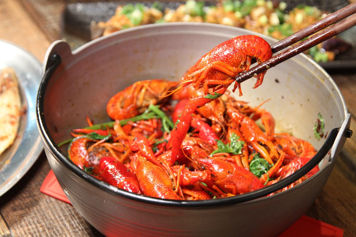 別處吃不到!板橋深夜食堂專賣「雲南」燒烤,必點韭菜瀑布、茄子「大亨堡」