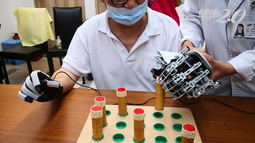 中風癱瘓不用怕!AI人工智慧助復健,訓練手指靈活、擺脫臥床、自由行走