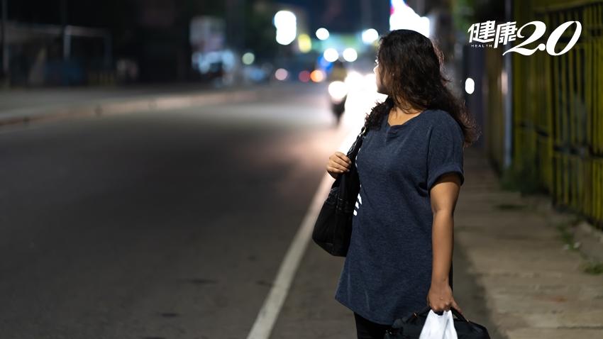 女大生遭隨機擄走殺害…犯罪防治專家教你自保:獨自走路時一定要這樣做