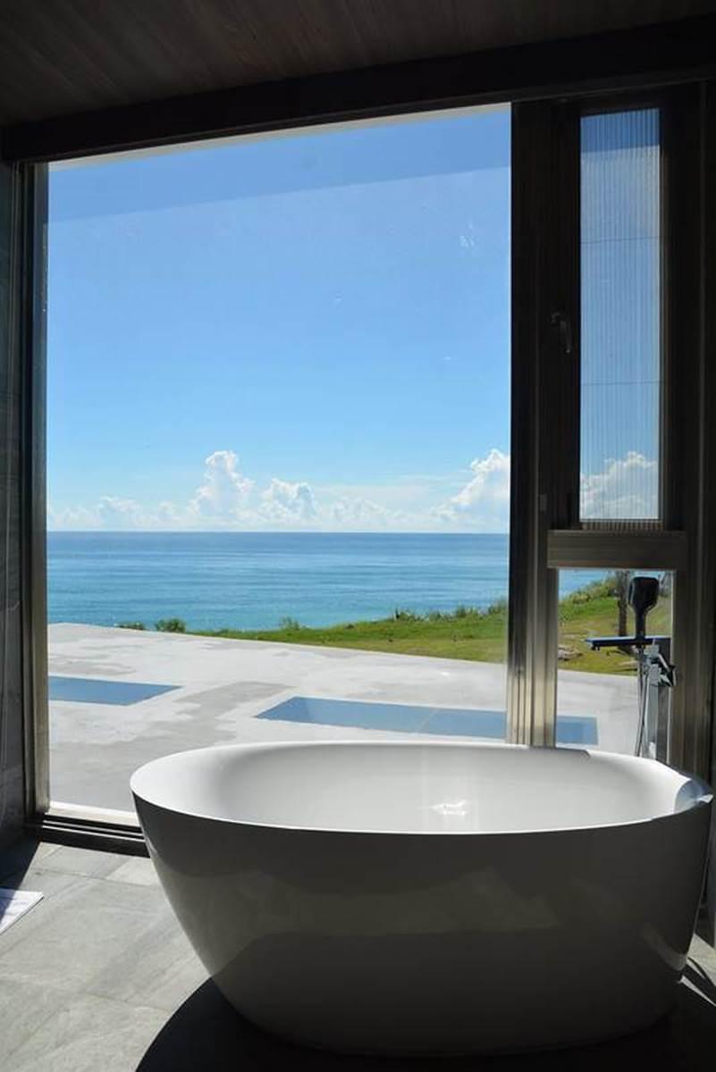 被太平洋包圍!長濱工業風民宿泡「蛋型」浴缸、賞無敵海景,還能拍網美水晶鞦韆