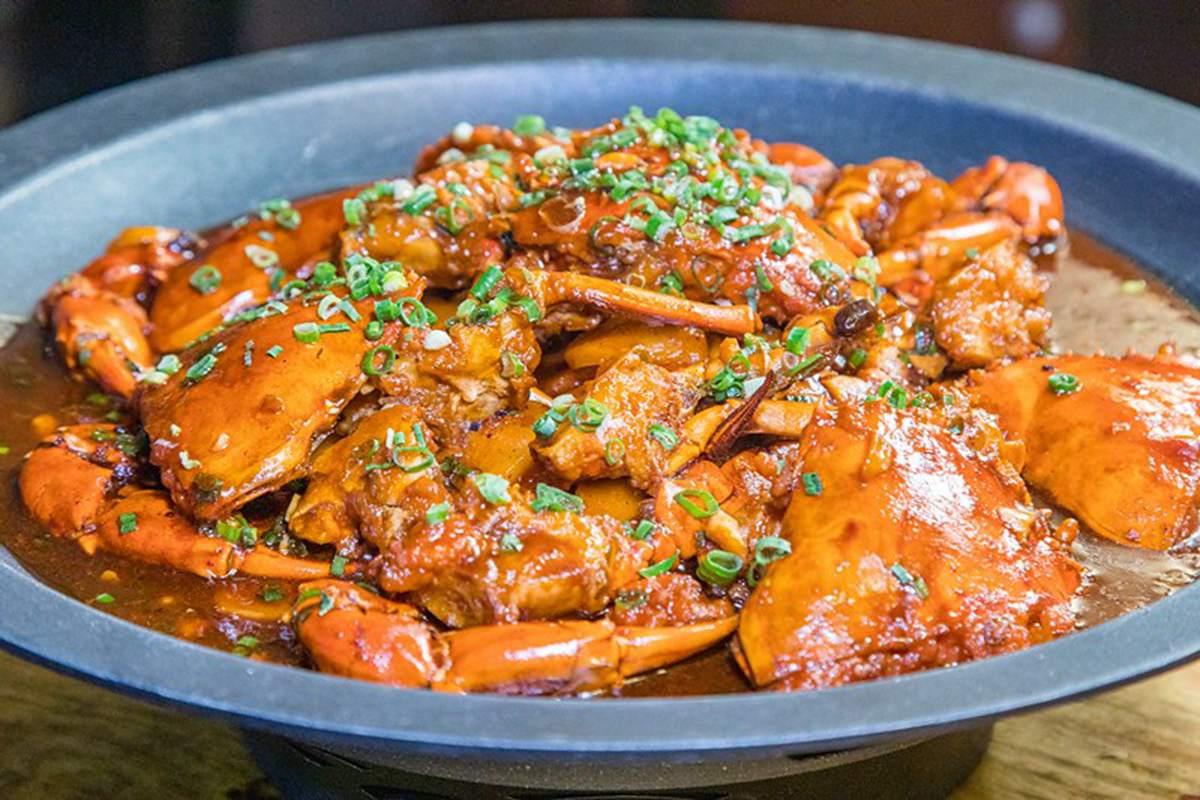 新北這家餐廳超有哏!KTV包廂嗑浮誇海鮮火鍋,寶箱藏整隻帝王蟹、活體波士頓龍蝦