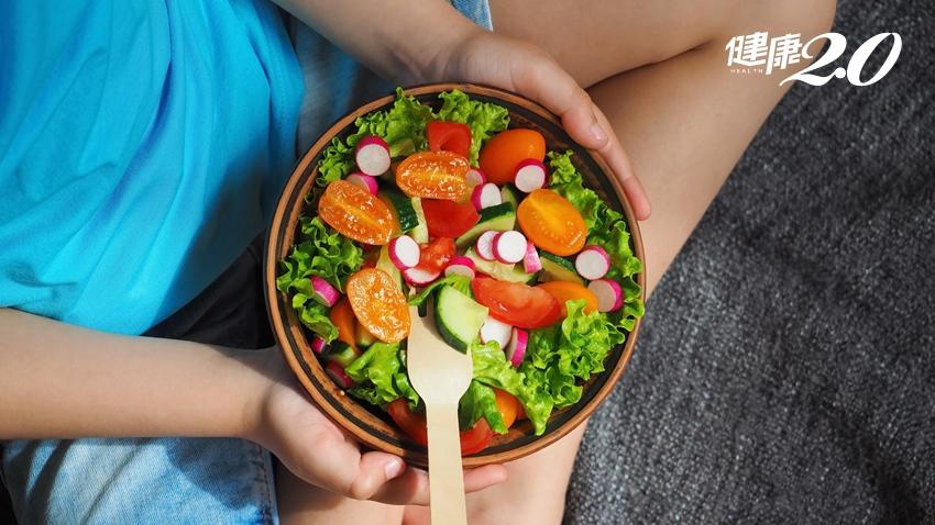 晚餐吃到飽也能瘦!中醫師利用蔬果纖維質 「後浪推前浪」 促進排便、減少熱量吸收