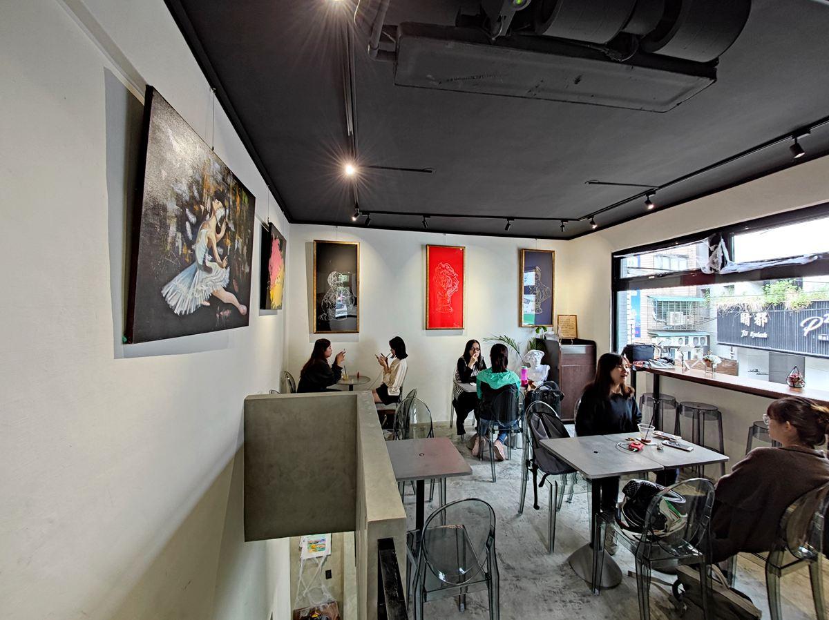 【新開店】新北耶誕周邊必打卡!網美闆娘打造畫廊咖啡館,彩繪牆、暗黑流沙超好拍