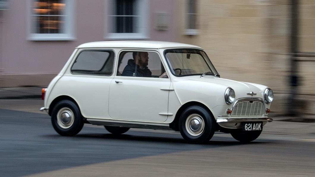 由於環保法規日益嚴苛的影響,導致目前全球各大車廠都致力研發新款電動車。(示意圖/ MINI) 經典老MINI也能變成電動車? 英國品牌推出純電動力套件