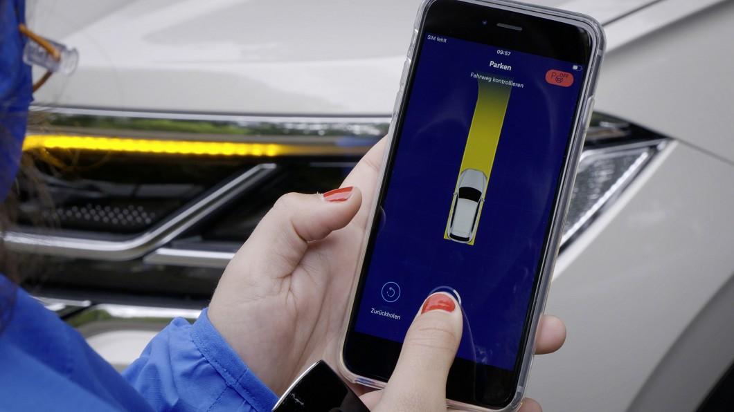 Volkswagen推出手機遙控停車輔助系統。(圖片來源/ Volkswagen) 停車苦手?手機一鍵就搞定! VW推手機遙控停車輔助