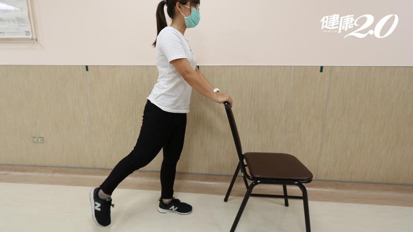 爬樓梯容易腿軟、提包包就喘吁吁!肌無力上身,四招椅子運動助改善