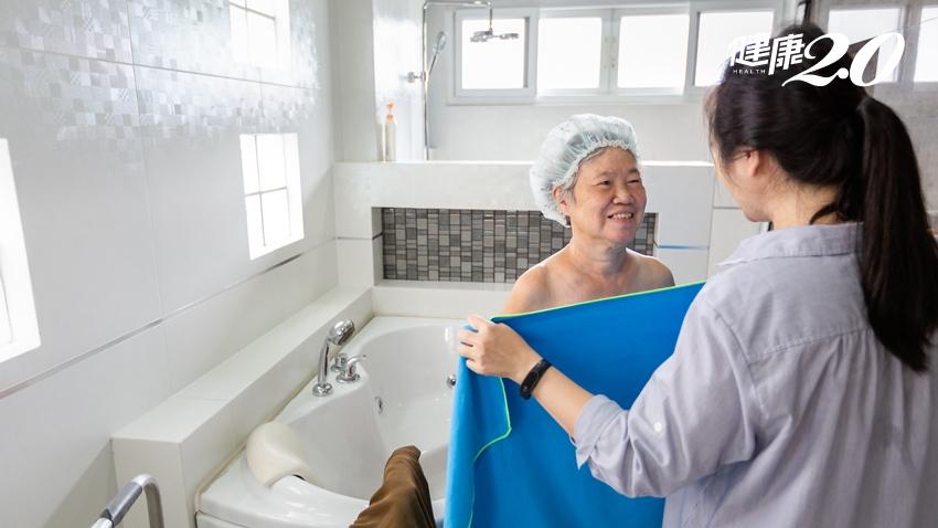 每年近2萬人死於洗澡!老年醫學專家:洗澡不必天天洗,「這個」頻率就夠了