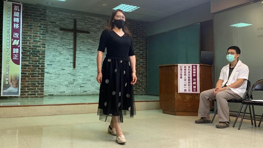 小兒麻痺婦人等了30年 終於能腳掌踩地走路!