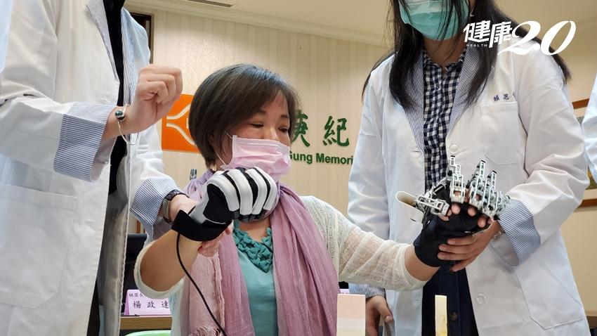 手指失能是中風病人心中的痛!機器手復健「有感治療」,她一個月就能拿放東西
