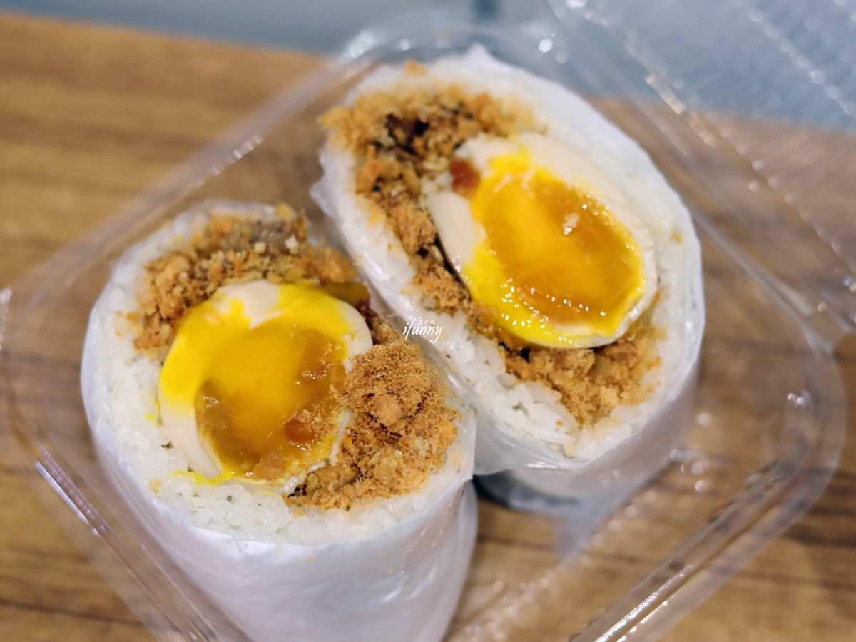 新北耶誕府中燈區周邊7家高CP值小吃:紅麴XO醬涼麵、爆漿炸蛋飯糰、滿料炒魷魚