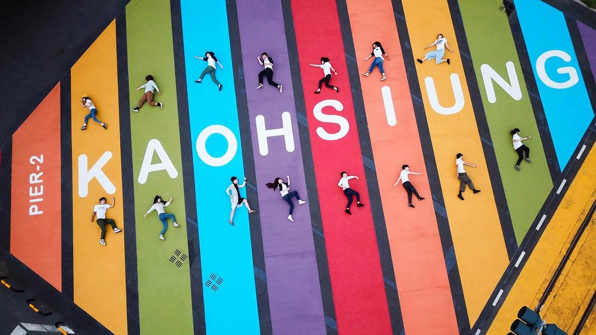 全台最大「彩虹地景」不在西門!20公尺「巨型斑馬線」填滿路口,6色地標打卡必拍