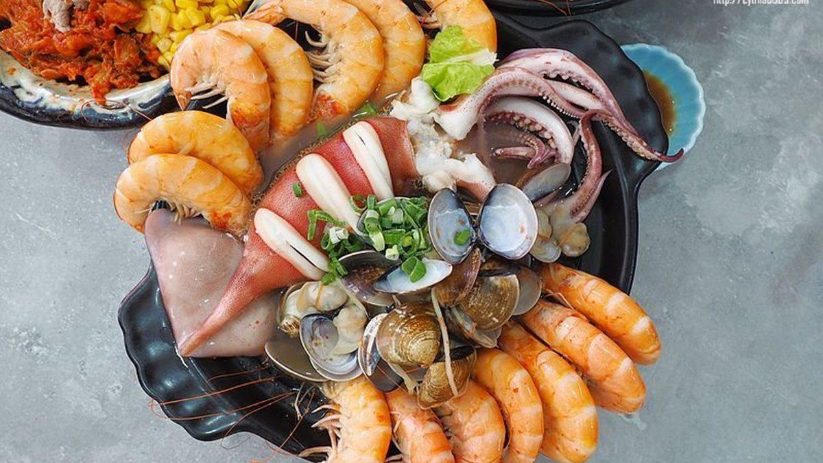 海鮮控暴動啦!中壢「痛風麵」能吃到一整隻大魷魚,滿滿鮮蝦、蛤蜊湯頭超甘甜