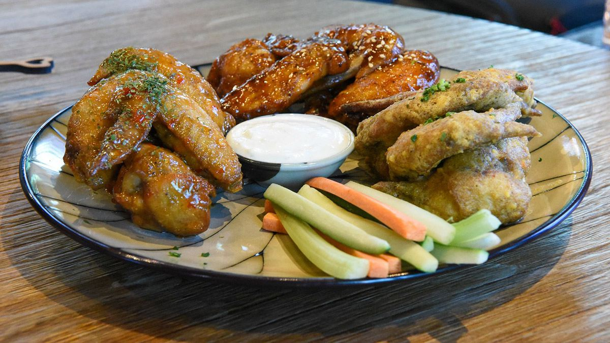 【食尚首播】小酌首選!內湖餐酒館吃得到15種口味雞翅,雞胸披薩、干貝燉飯也必點