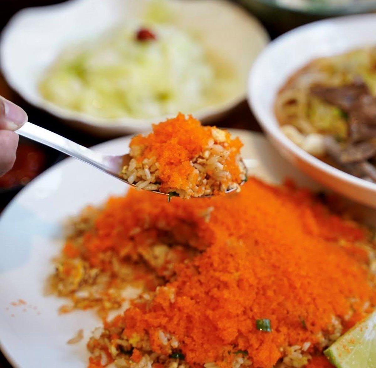 吸睛度破表!新竹人狂推「很難吃炒飯」有滿滿魚卵,爆料鮮甜蛤蜊湯也必點