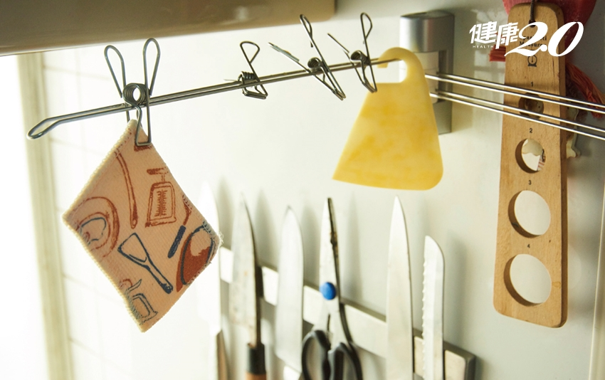 抹布擦桌子不要沾水!抹布發臭、排水孔卡油垢…這樣做消除廚房異味