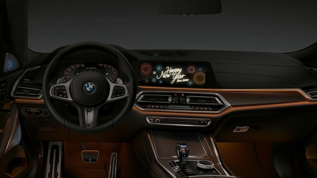 BMW車輛發動後中央顯示螢幕會跳出一則新年祝賀的橫幅,車主只須按照指示點擊,接著選擇背景音樂及氣氛燈顏色等,隨後新年祝賀動畫就會呈現在中央螢幕。(圖片來源/ BMW) 螢幕自己播動畫? BMW iDrive 7.0車款限時播送新年祝福
