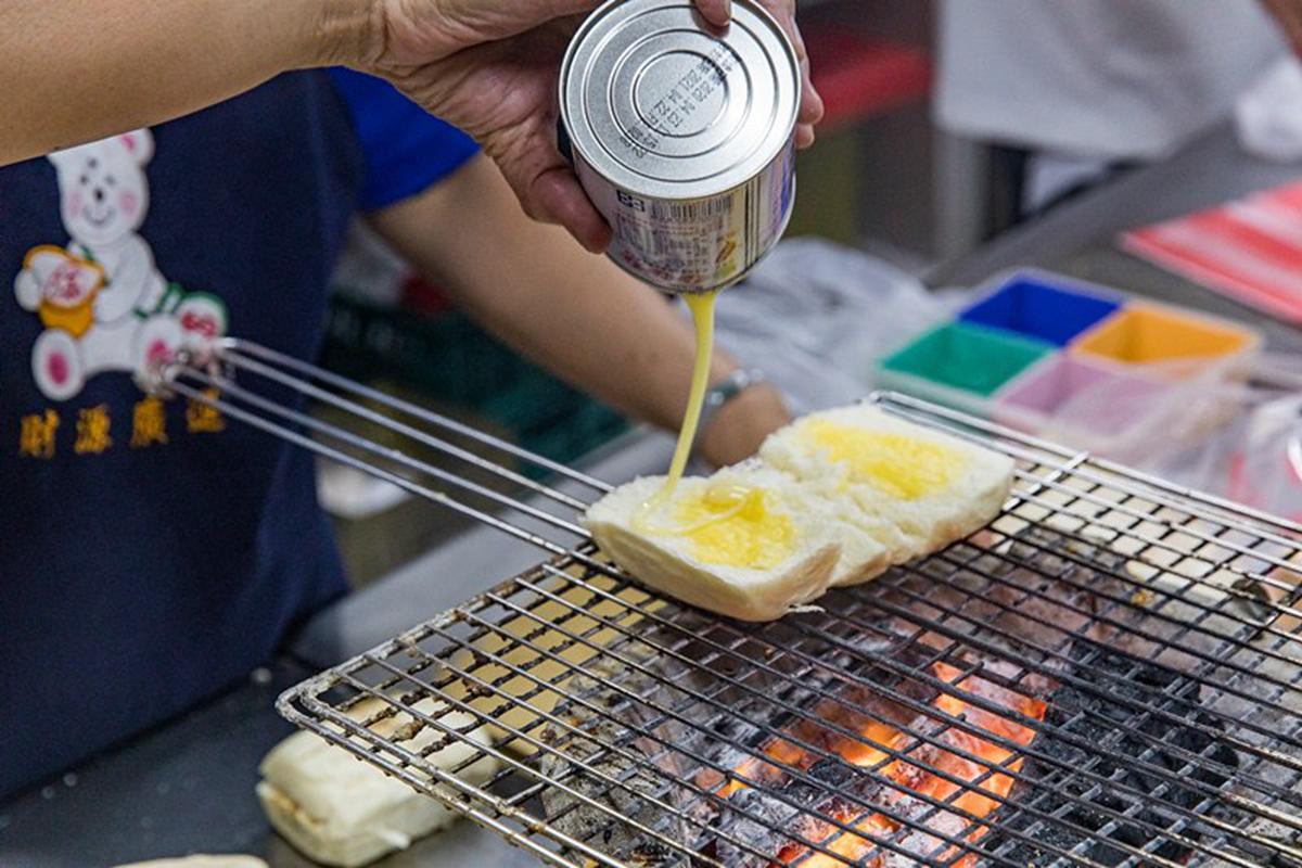 沒吃過不算在地人!東港消夜唯一指定「烤饅頭」是這家,乳瑪琳、煉乳雙重奏超邪惡