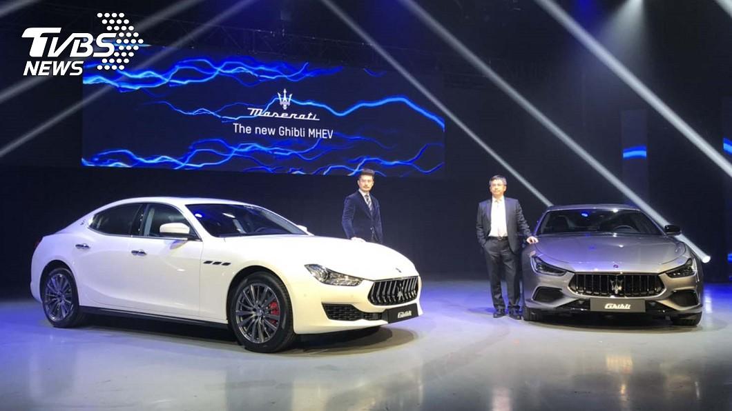 Maserati首款油電動力車Ghibli MHEV於1月6日在台發表上市,並由Maserati Taiwan總經理黃怡超(右)與品牌經理孟祥恩(左)共同主持發表會。 Ghibli MHEV在台發表358萬元起! 四缸油電動力挑戰530i、E300