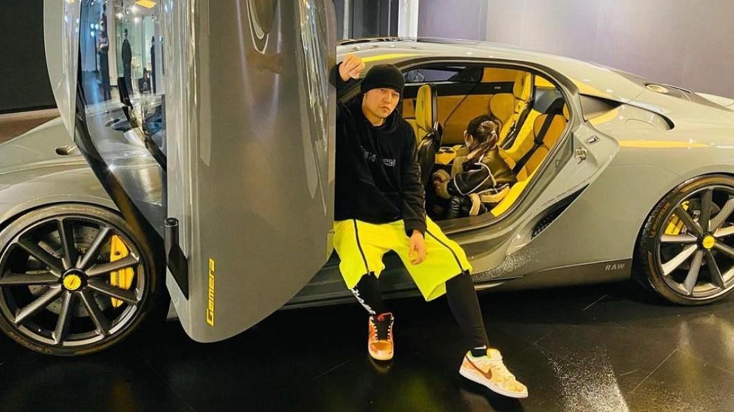周杰倫在Instagram上秀出與瑞典超跑Koenigsegg Gemera合照,並寫下「我的女孩覺得這台車可以」。(圖片來源/ 周杰倫IG) 周杰倫曬瑞典超跑合照 Gemera四座空間讓女兒都點頭