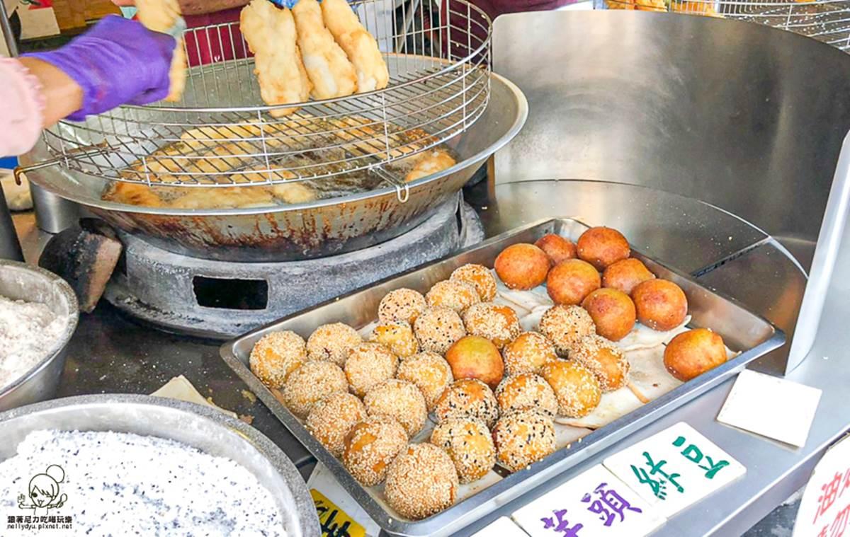 想吃先拿號碼牌!高雄60年白糖粿Q軟香甜,現炸番薯芋頭、芝麻球用料超滿